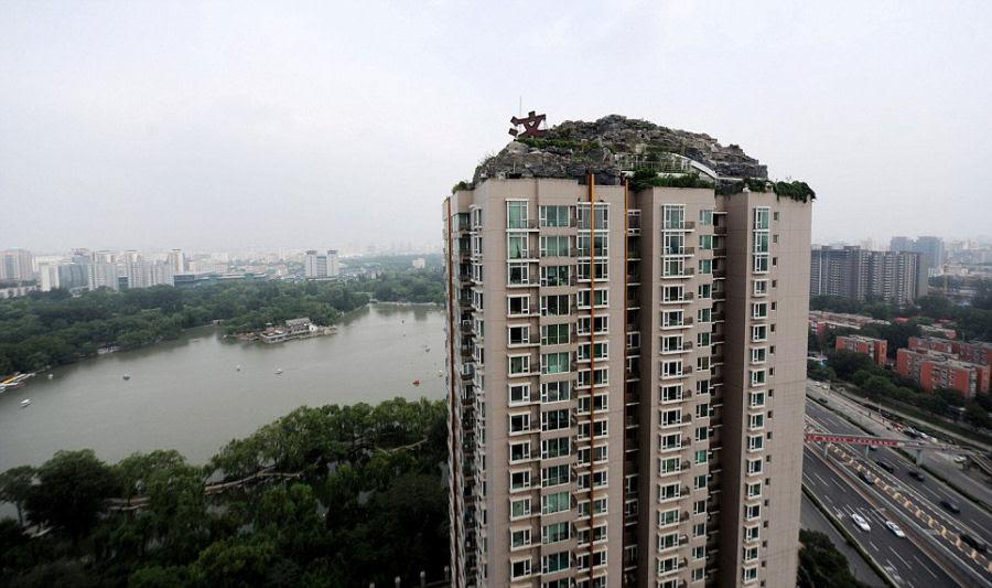 Empresário excêntrico constrói casa serrana no topo de um prédio em Beijing 03