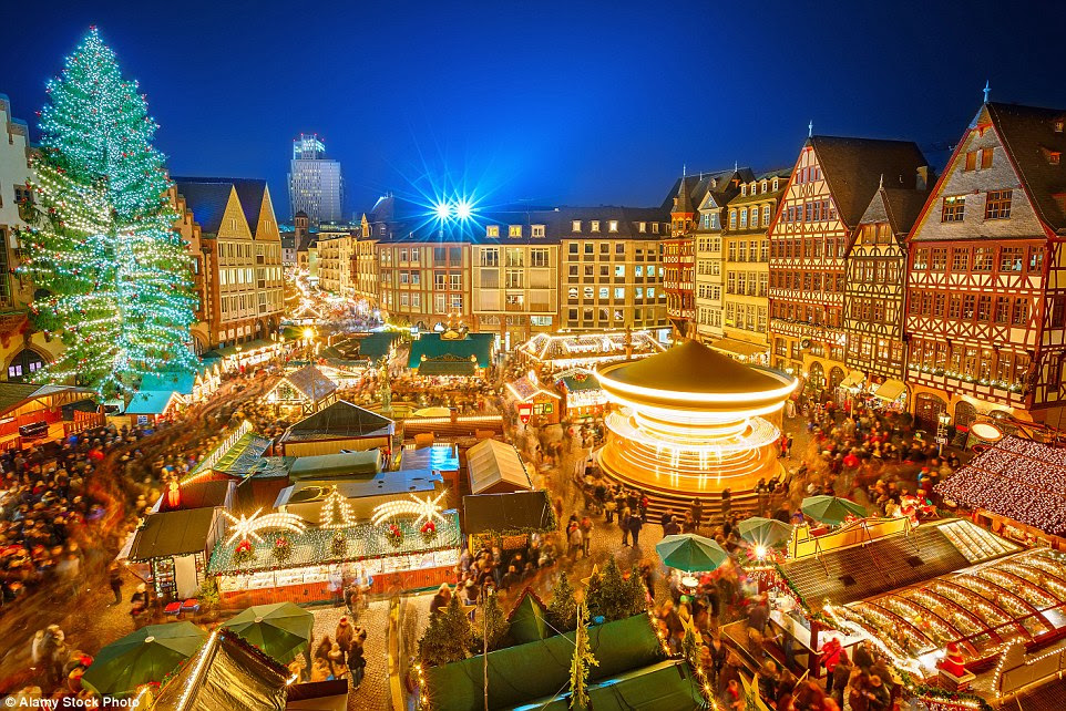 A árvore de Natal enorme faz de Frankfurt festivo mercado uma das mais belas do mundo.  O recurso de 30 metros também organiza vários eventos de entretenimento durante todo o feriado - incluindo cantar carol