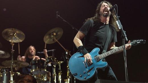 Dave Grohl, à direita, e o baterista Taylor Hawkins, no fundo, único que divide protagonismo com ele