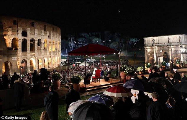 O Coliseu - outrora palco de batalhas de gladiadores - foi na sexta-feira o palco de uma das mais sagradas cerimônias cristãs lideradas pelo papa