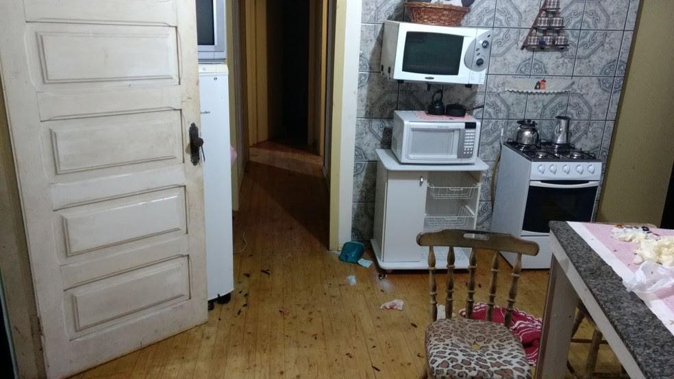 PMs entraram em casa após escutaram gritos da mulher em Vacaria (Foto: Polícia Civil/Divulgação)