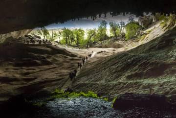 Visitantes en la cueva del Milodón, cerca de Puerto Natales, en la Patagonia chilena.