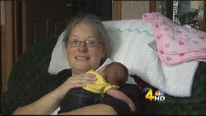 Amanda Prentice e sua filha Alley, que nasceu saudável  (Foto: Reprodução / WSMV)