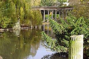 La roseraie du parc Monceau en Automne, Paris,...