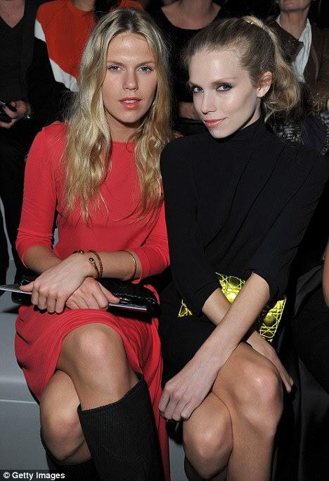 Aproveitando o show: Os irmãos ambos usavam vestidos que suas pernas à mostra para ver última coleção da Dior