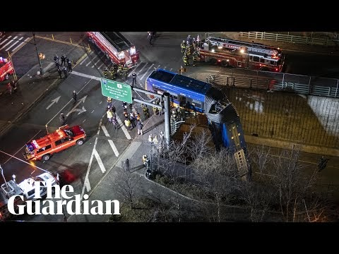A bus split in two and hung from the edge of an overpass in New York (VIDEO)