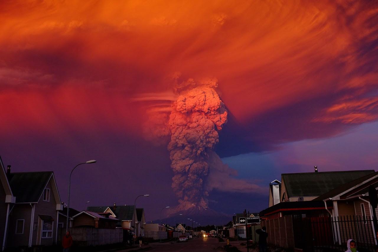 ERUPCION DEL VOLCAN CALBUCO EN CHILE. Vista general del volcán<br /> activo Calbuco el miércoles 22 de abril de 2015, en Puerto Montt,<br /> ubicado a 1000 kilómetros de Santiago de Chile (Chile). El volcán entró<br /> hoy en erupción y levantó una columna de ceniza de unos 20 kilómetros de<br />  altura, por lo que las autoridades declararon la alerta roja y<br /> ordenaron la evacuación en un radio de 20 kilómetros. Más de 1.500<br /> personas ya están siendo desalojadas de los pueblos de Ensenada, Alerce,<br />  Colonia Río Sur y Correntoso, en la región de Los Lagos, a unos mil<br /> kilómetros al sur de Santiago, informó el Ministerio del Interior.<br /> (EFE/Alex Vidal Brecas)