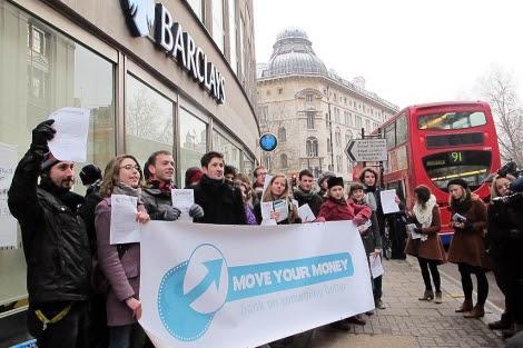 Pancarta de protesta ante la sede de Barclays en Londres.