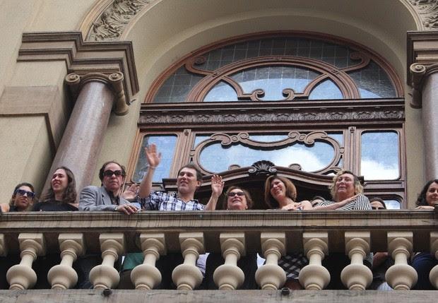 Familiares de Paulo Goulart acenam para fãs no Teatro Municipal (Foto: Celso Tavares/EGO)