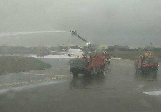 Hình ảnh Trung Quốc: Lính cứu hỏa phun đầy bọt lên nhầm máy bay số 2