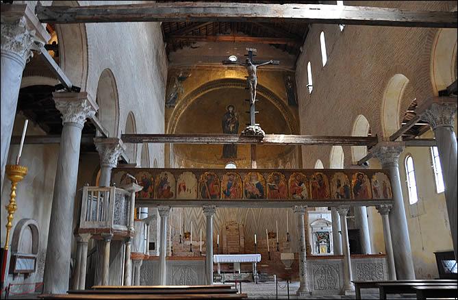 L'intérieur de la cathédrale Santa Maria Assunta