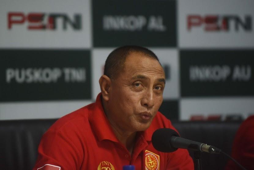 Presdir PS TNI yang juga Pangkostrad Letjen TNI Edy Rahmayadi memberikan keterangan ketika peluncuran PS TNI di Makostrad, Jakarta, Selasa (19/4).