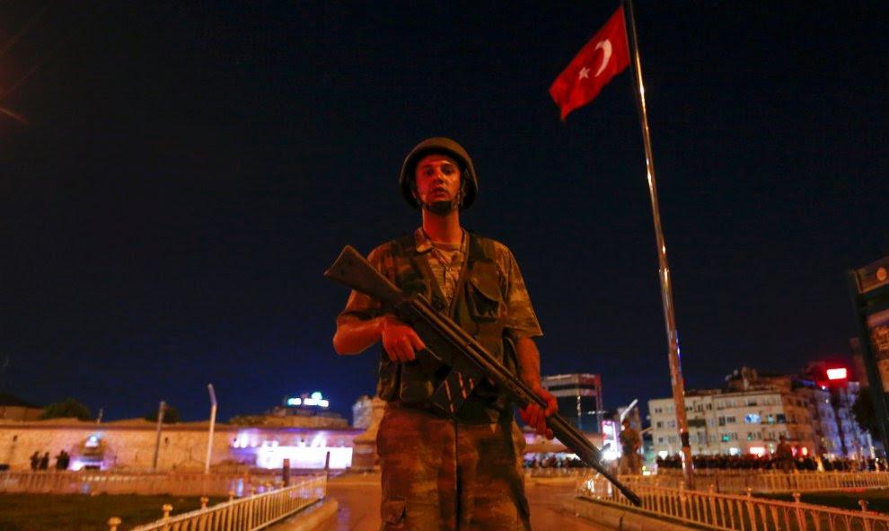 Un militar turco hace guardia en la Plaza Taksim Square en Estambul, Turquía. REUTERS/Murad Sezer