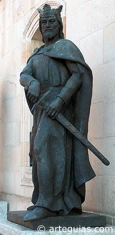 Estatua de Alfonso VIII en la ciudad de Soria