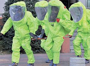 Equipe de resgate sul-coreana usa roupa especial durante exercício de defesa em Paju, fronteira com a Coreia do Norte