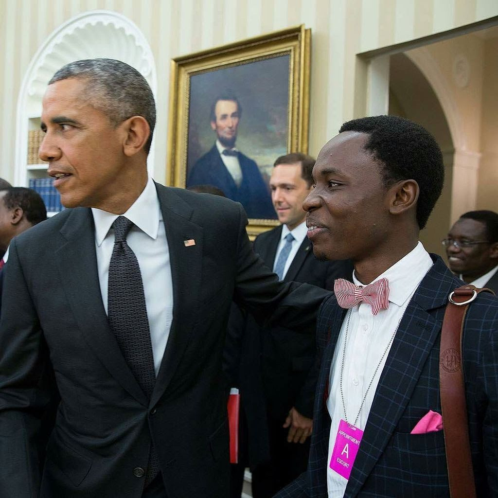 Buhari's Photographer, Bayo Omoboriowo Meets Barack Obama (Photo)
