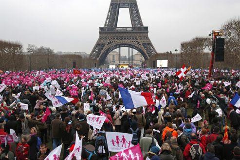 Des centaines de milliers de manifestants ont convergé au pied de la tour Eiffel, lieu de rassemblement des cortèges dimanche contre le mariage homosexuel.