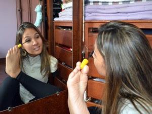 Carolina se maqueia sozinha em Piracicaba  (Foto: Fernanda Zanetti/G1)
