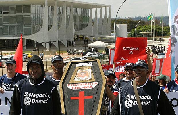 Grevistas realizaram o enterro simbólico da presidente Dilma Rousseff durante manifestanção na Esplanada (Foto: Dida Sampaio/AE)