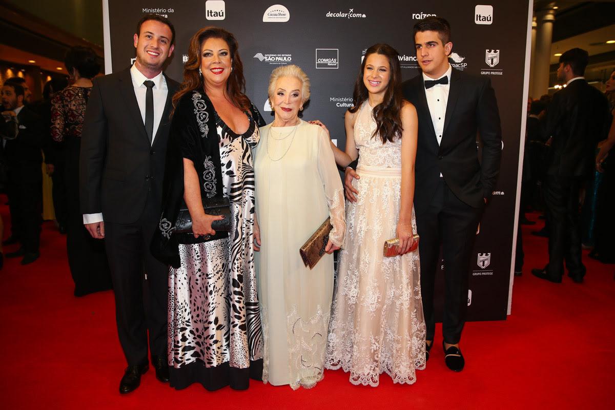 Família de Claudia Raia em estreia de musical em São Paulo