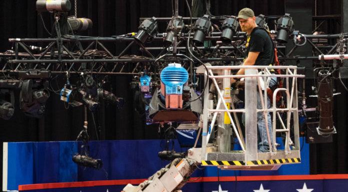 Công nhân điện chuẩn bị sân khấu cho cuộc tranh luận ở New York vào tối Thứ Hai. (Hình: AP Photo/J. David Ake)