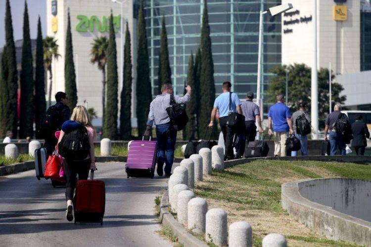 Resultado de imagem para MP acusa 25 funcionários do serviço de bagagens do aeroporto de Lisboa de furto