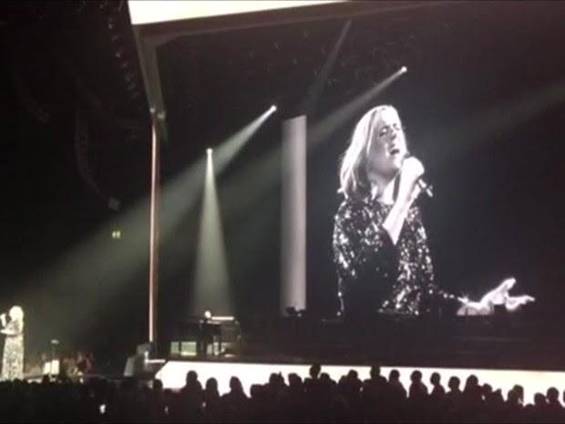 Adele durante o showm em Birmingham, na Inglaterra, em que foi 'salva' pelo público após microfone falhar em 'All I ask' (Foto: Ashleigh East)