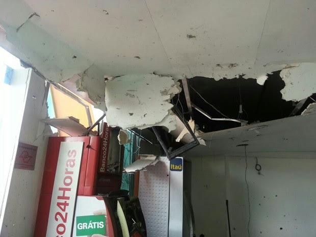 Teto do shopping ficou danificado após a explosão (Foto: Solange Freitas/TV Tribuna)