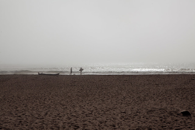 Surferos al caer la tarde (California)