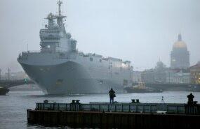 Mistral klassi dessantlaev Peterburi sadamas