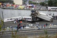 Trabajadores de emergencia intentan rescatar a los sobrevivientes del accidente que se produjo el miércoles en Galicia, cuando un tren descarriló dejando no menos de 45 personas muertas y otras 70 heridas. Jul 24, 2013. REUTERS/Oscar Corral