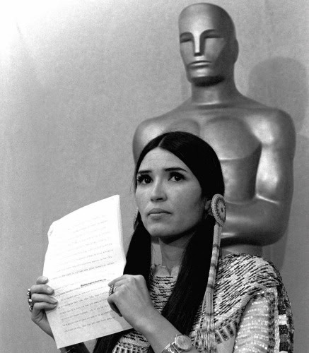 Sacheen Littlefeather sostiene un comunicado que leyó a la prensa 27 de marzo 1973, en la ceremonia de los Oscar en Los Angeles en nombre de Marlon Brando.
