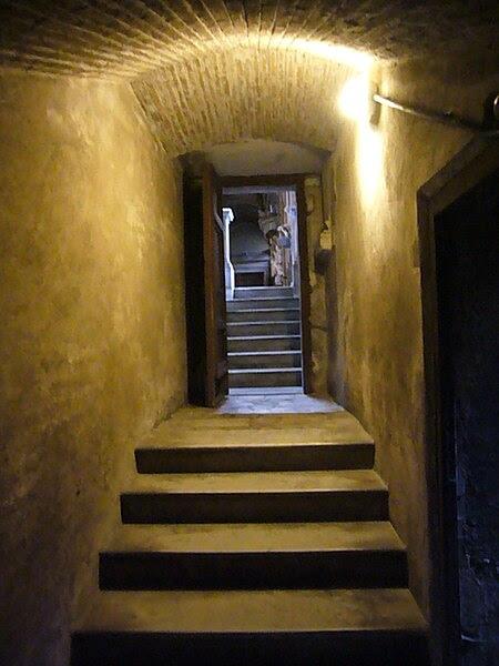 File:Pigna - s Marco cripta verso navata sinistra 1190055.JPG