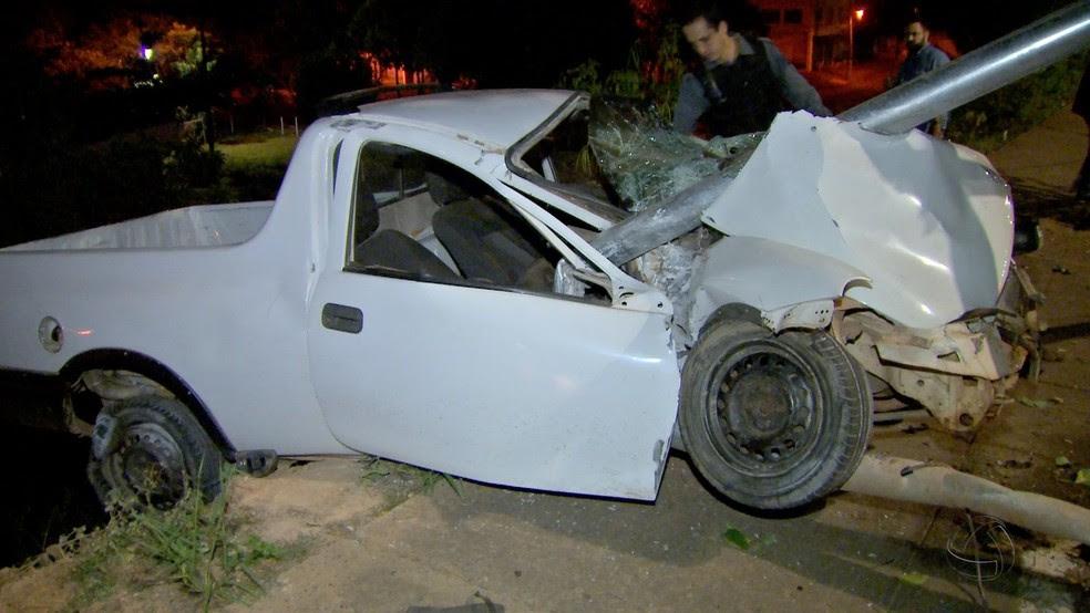 Motorista arrancou poste de energia em acidente em Cuiabá (Foto: TVCA/Reprodução)