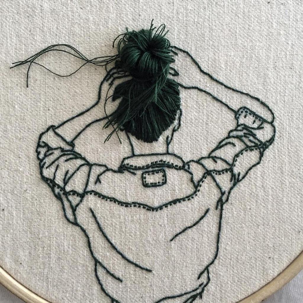 Artista borda retratos de mulheres com cabelos que saltam da tela 01