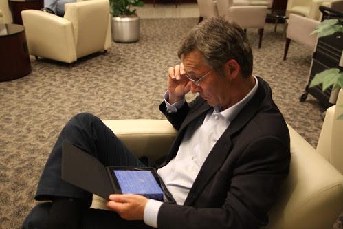 Statsministeren jobber på flyplassen by Statsministerens kontor.