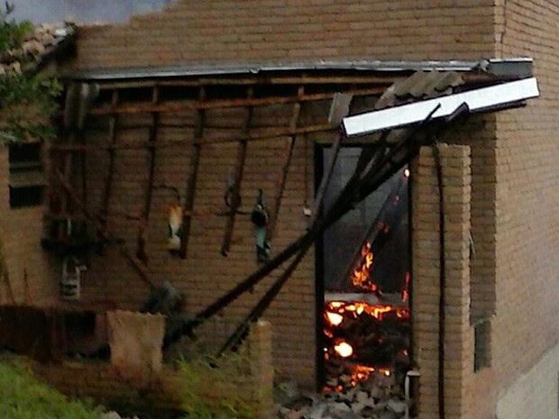 Raio atingiu casa na zona rural de Congonhal (MG).  (Foto: Alefy Silveira/ Vc no G1)