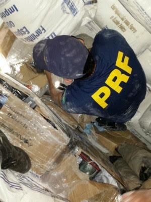 Contrabando estava escondido em meio a 13 toneladas de farinha de trigo (Foto: PRF / Divulgação)