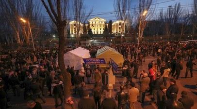 Палатки у здания парламента и конфликт Пашиняна с Генштабом: что известно о ситуации в Армении