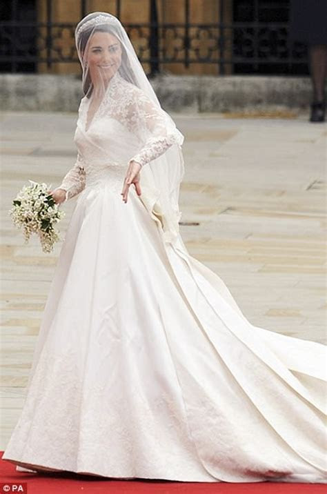 Pippa Middleton chose Giles Deacon for wedding dress