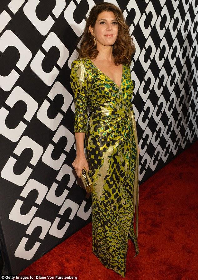 Verde é bom: Marisa Tomei escolheu um vestido wrap com um verde, preto e castanho interessante padrão