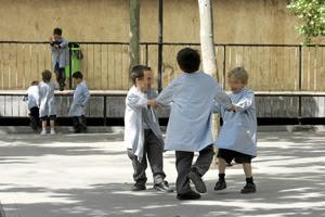 Niños jugando en el patio del colegio. (Foto: Diego Sinova)