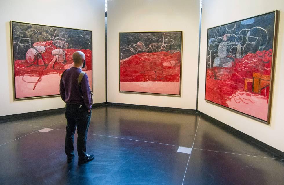 Un visitante observa ayer tres obras de la exposición 'Philip Guston y los poetas', en las Gallerie dell'Accademia, en Venecia.