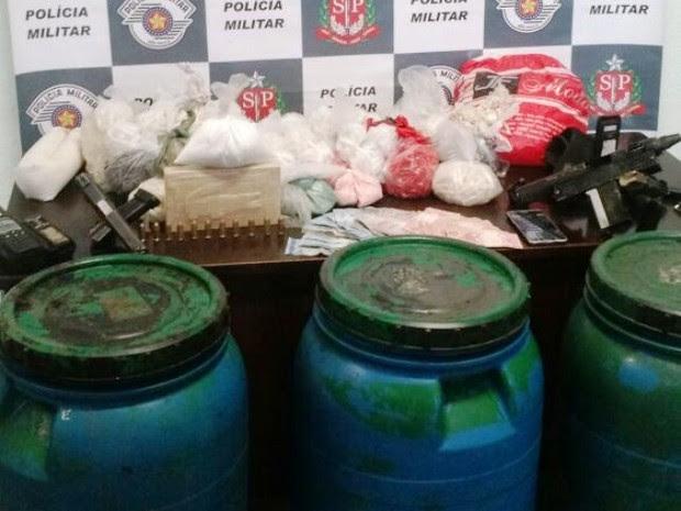 Tonéis com drogas, armas e munição foram encontrados em Cubatão, SP (Foto: Divulgação/Polícia Militar)