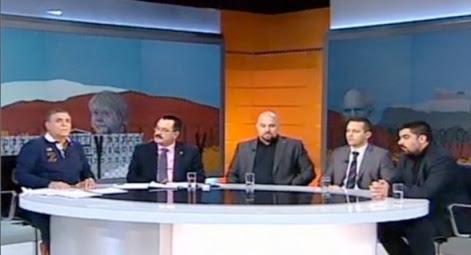 Skay TV. Los neonazis son los cuatro de la derecha y el periodista a la izq.