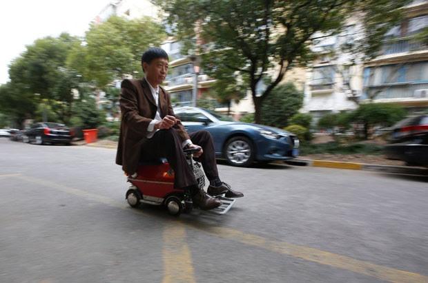 Xu Zhiyun, de 60 anos, construiu um minicarro em Xangai (Foto: Aly Song/Reuters)
