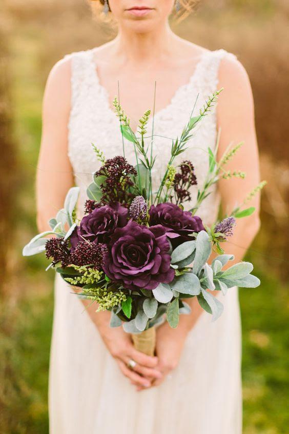 ein moody-Herbst-Strauß mit grün-und tiefen lila Rosen und Blüten