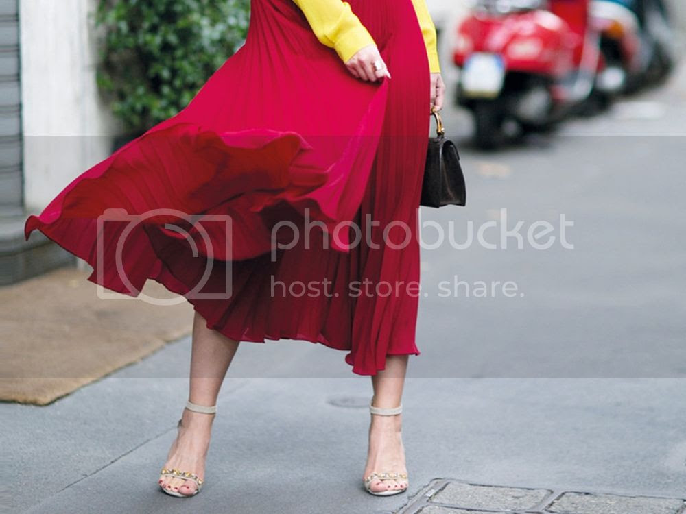 Top 3 reasons for red skirts - red Maxi Skirt Main Picture  posted by Annie K, Fashion and Lifestyle Blogger, Founder, CEO and writer of ANNIES BEAUTY HOUSE - a german fashion and beauty blog
