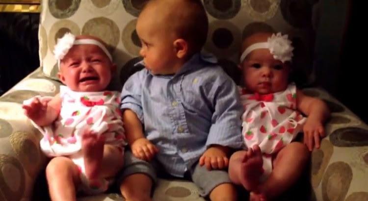 双子の赤ちゃんを初めて見た少年の困惑した顔が最高に可愛い