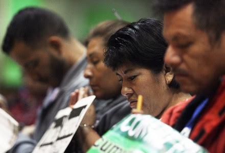 Familiares de los normalistas desaparecidos guardan un minuto de silencio en la Basílica de El Paso, Texas. Foto: AP